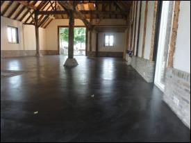 Gepleisterde cementdekvloer met toplaag kleuring zwart