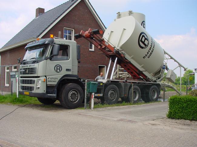 Cementdekvloer: plaatsing silo t.b.v. realisatie zandcement dekvloer