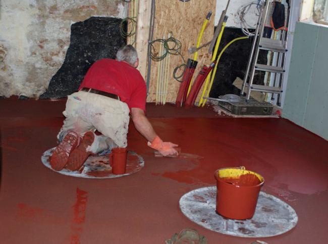 Osserode bloed gepleisterde cementdekvloer in een boederij.