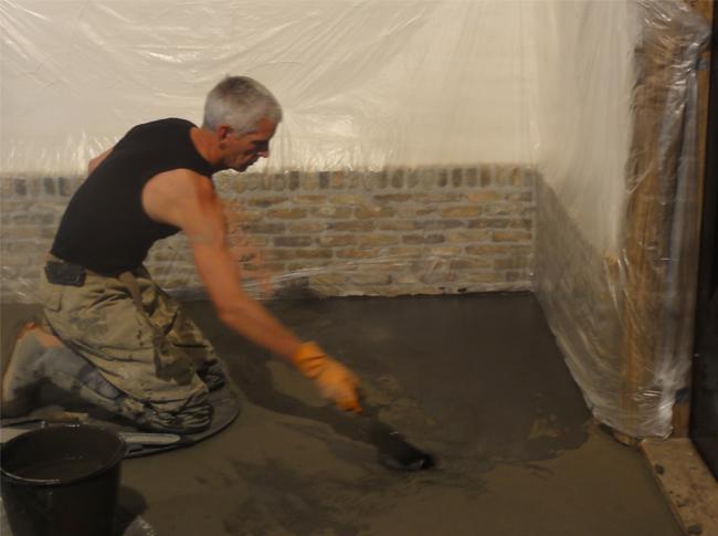 De start van de realisatie van een gepleisterde cementdekvloer met toplaag kleuring zwart/antraciet te Raamdonkveer. Robuuste en natuurlijke betonlook.