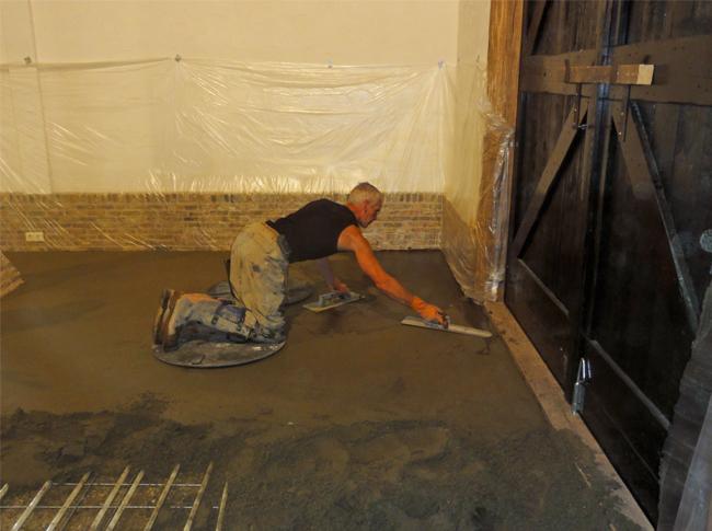 De start van de realisatie van een gepleisterde cementdekvloer met toplaag kleuring zwart/antraciet te Raamdonkveer. Robuuste en natuurlijke woonbeton ofwel betonlook genoemd..
