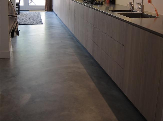 Gepleisterde cementdekvloer welke is afgewerkt met een transparante matte coating.