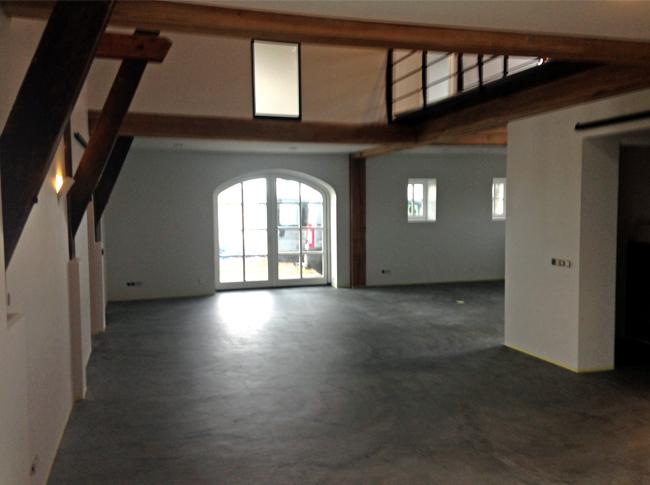 Gepleisterde cementdekvloer voorzien van transparante matte coating - woonbeton Tilburg